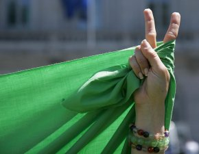 iran-protest-flag-and-v-sign1